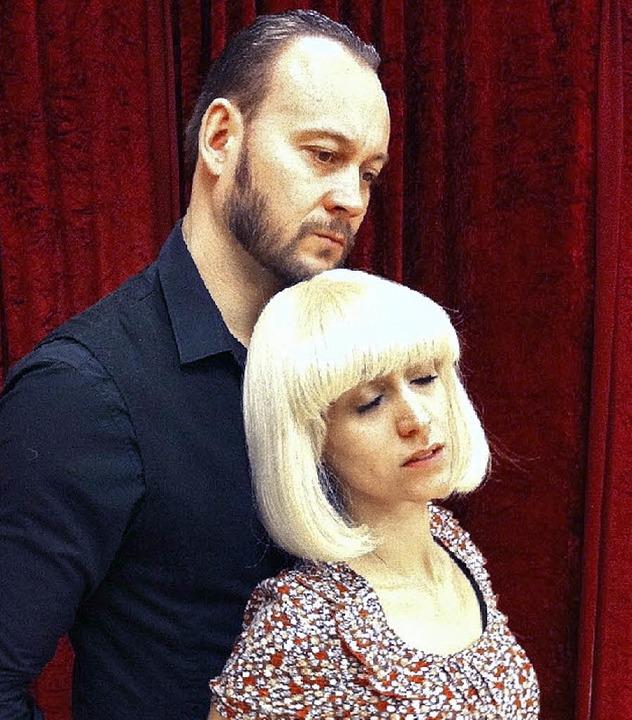 Zwischen zwei Frauen: Oliver  Weik und Anabela Weik als die junge Hanna.   | Foto: WAC