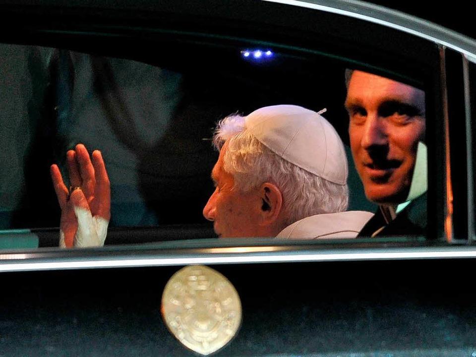 Die Stimme seines Herrn: Georg Gänswein (rechts) neben dem Papst.  | Foto: AFP