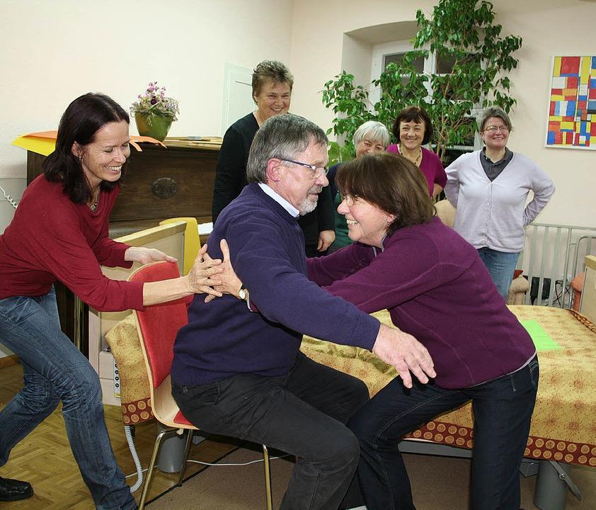 Christine Sturm (im roten Pullover) bi...äufe an, die die  Pflege erleichtern.   | Foto: Karin Heiss