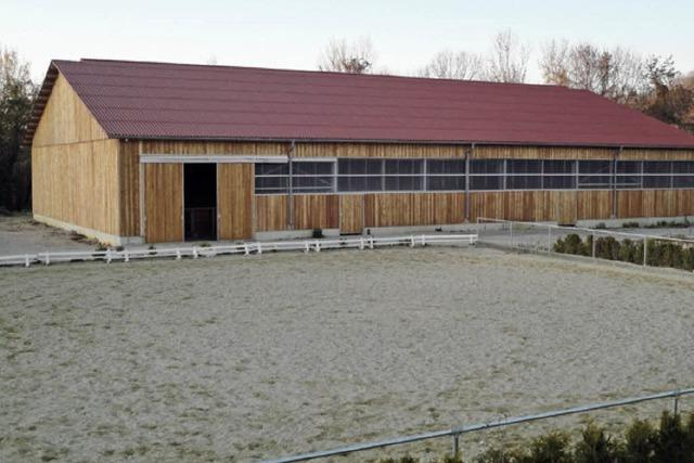 Nikolaus weiht die neue Reiterhalle ein