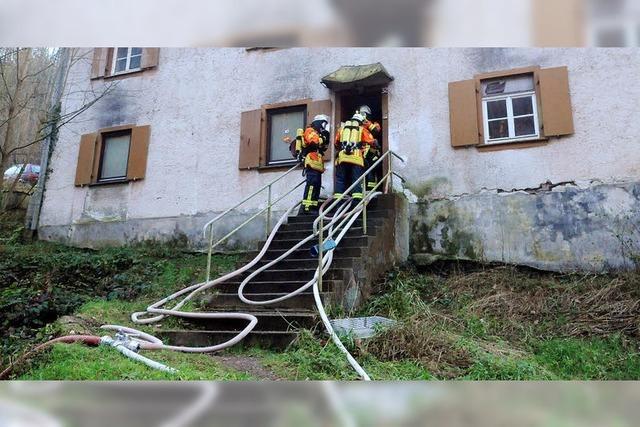 Feuerwehrübung mit echtem Feuer in verlassenem Gebäude