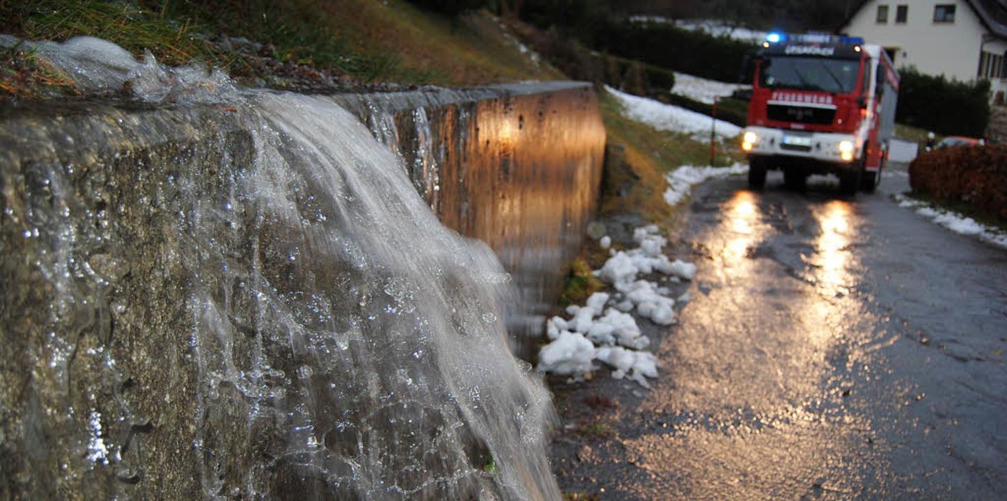 Wasser in Massen: In der Lenzkircher S... die Keller der Anlieger zu verhüten.   | Foto: Martin Ganz
