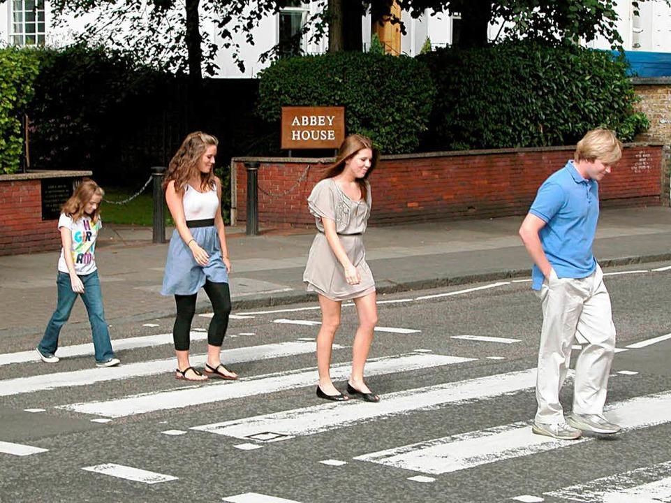 Der Zebrastreifen auf der Abbey Road zieht seither Beatles-Nachahmer an.  | Foto: dpa, usage Germany only, Verwendung nur in Deutschland