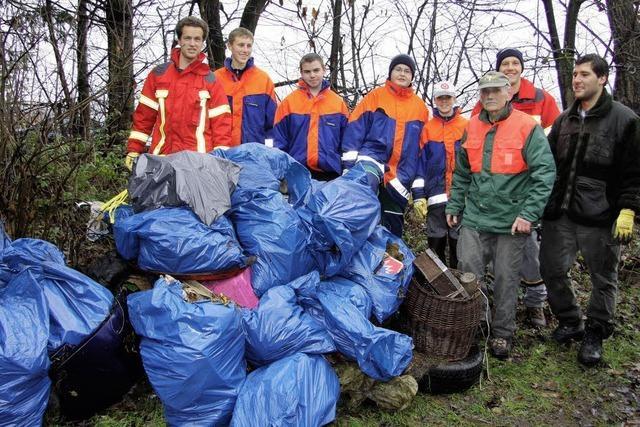 Jugendfeuerwehr säubert Wald von Müll und Unrat