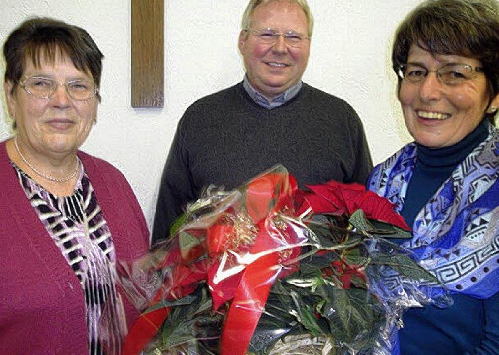 Stadtpfarrer Matthias Kirner dankte de...), sowie Edith Martin für ihre Treue.     Foto: Hansjörg Bader