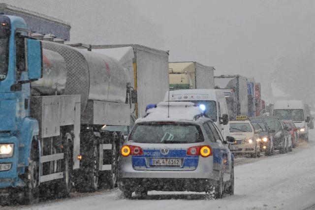 Schneefall im Schwarzwald – Kettenpflicht für Lastwagen