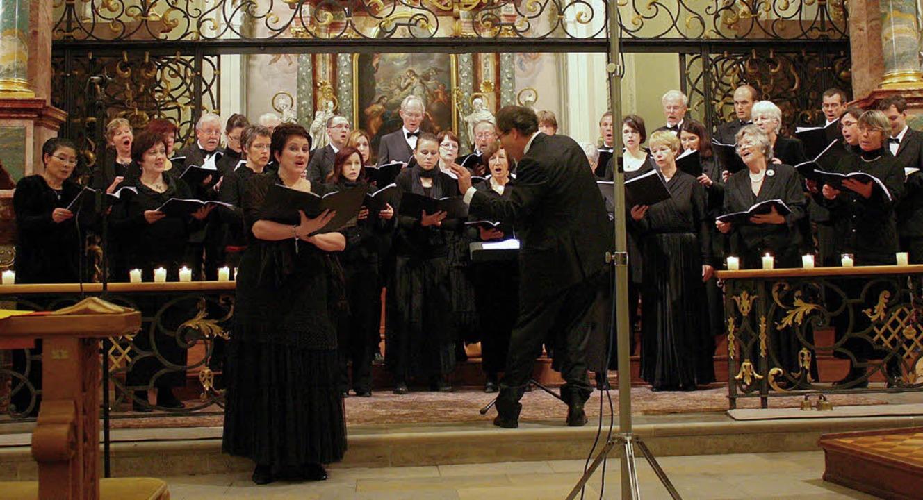 Der Kammerchor Hochschwarzwald unter d...eim Weihnachtskonzert in St. Peter.    | Foto: Hans Jürgen Kugler