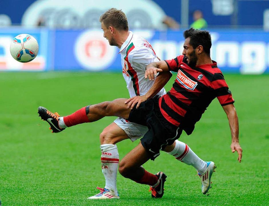 Yacine Abdessadki (vorne) beim Spiel i...kot wird er künftig nicht mehr tragen.  | Foto: AFP