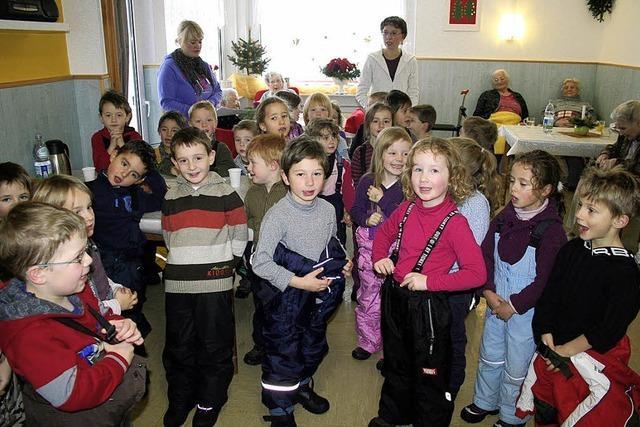 Kinder singen für die Senioren