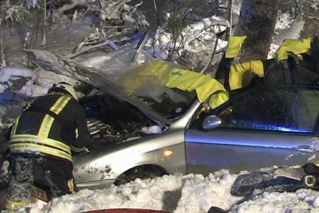 Schwerverletzte bei Unfall auf schneeglatter Fahrbahn