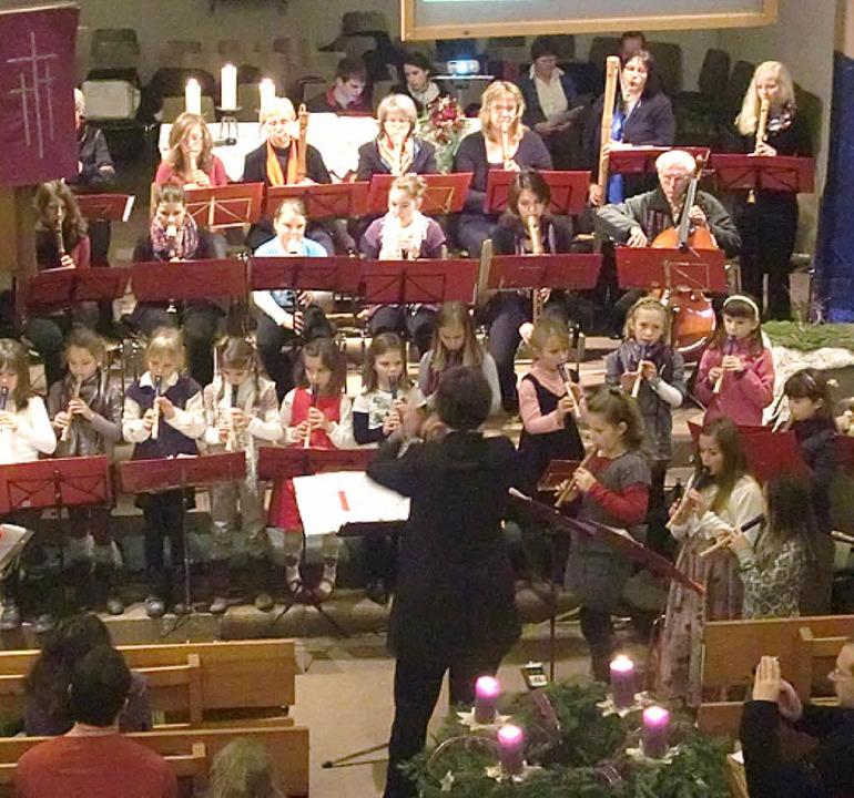 Das Blockflötenensemble und die Flöten...unter der Leitung von Gudrun Plasberg.    Foto: Christiane Franz