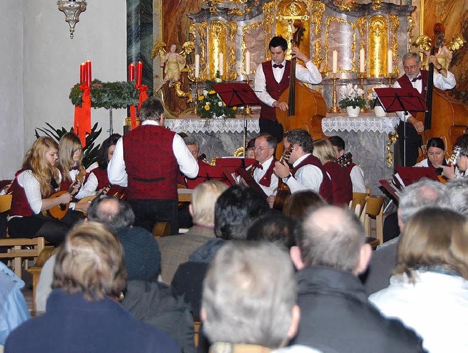 Gut besucht das Kirchenkonzert des Man...nd Gitarrenorchesters Kiechlinsbergen.  | Foto: Roland Vitt
