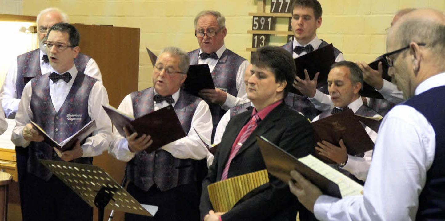 Begeisterte die Zuhörer: Der  Liederkr... Solisten Jürgen Schultis (Panflöte).     Foto: Hüge