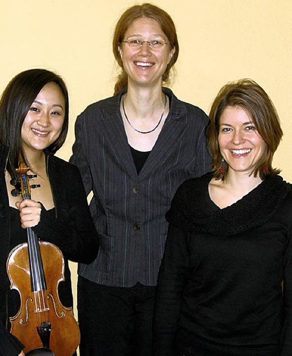Die drei Musikerinnen erfreuten die Schüler mit ihrem Spiel.   | Foto: privat