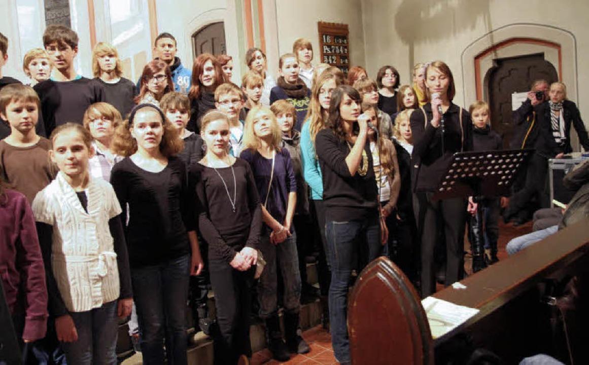 Der Unterstufenchor mit großer Besetzu..., Soli: Marlene Hipp und Ellinor Amini    Foto: Dagmar Barber