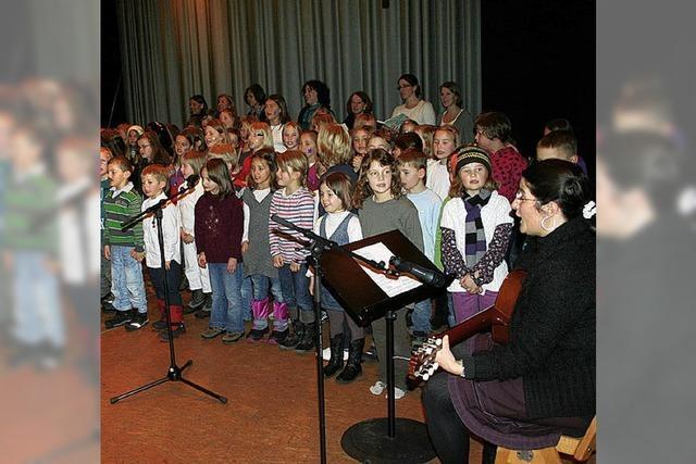 Kinder und Lehrer gestalten Weihnachtsfeier