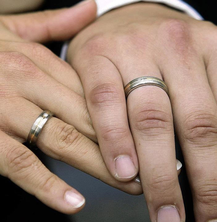 Kurz vor Jahresschluss wollen noch etliche Paare  Ringe tauschen.   | Foto: dpa
