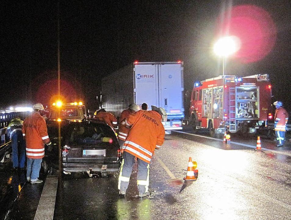 Als das Auto auf der A5 mit der Leitpl... löste sich der Autotransportanhänger.  | Foto: Feuerwehr