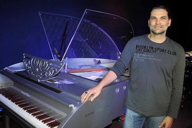 Auch Bob Degen will das silbergraue Piano spielen