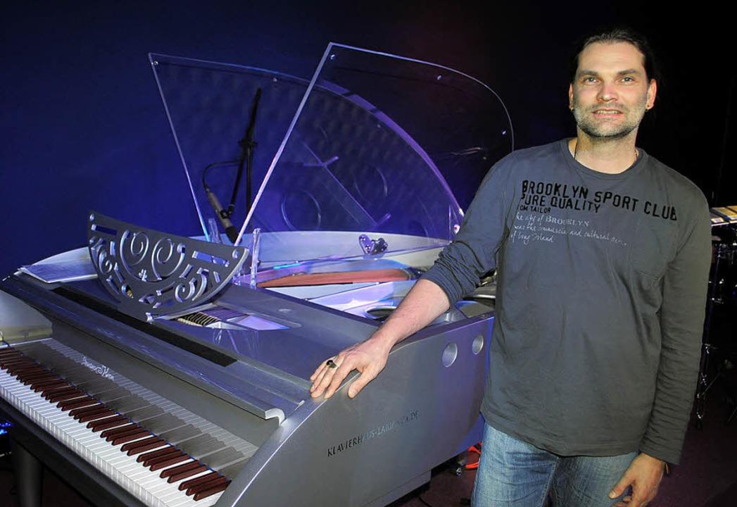 Musikclub-Chef Bran Hodapp neben dem Flügel des Blue Notes.   | Foto: Archiv: Rob