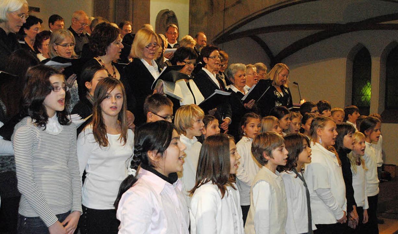 Der Sponti- und der Chor der Rosenburg... beider Grundschulen in Müllheim auf.   | Foto: Beatrice Ehrlich
