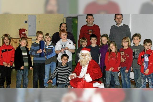 Statt der Rute gab es vom Nikolaus große Tüten mit Geschenken