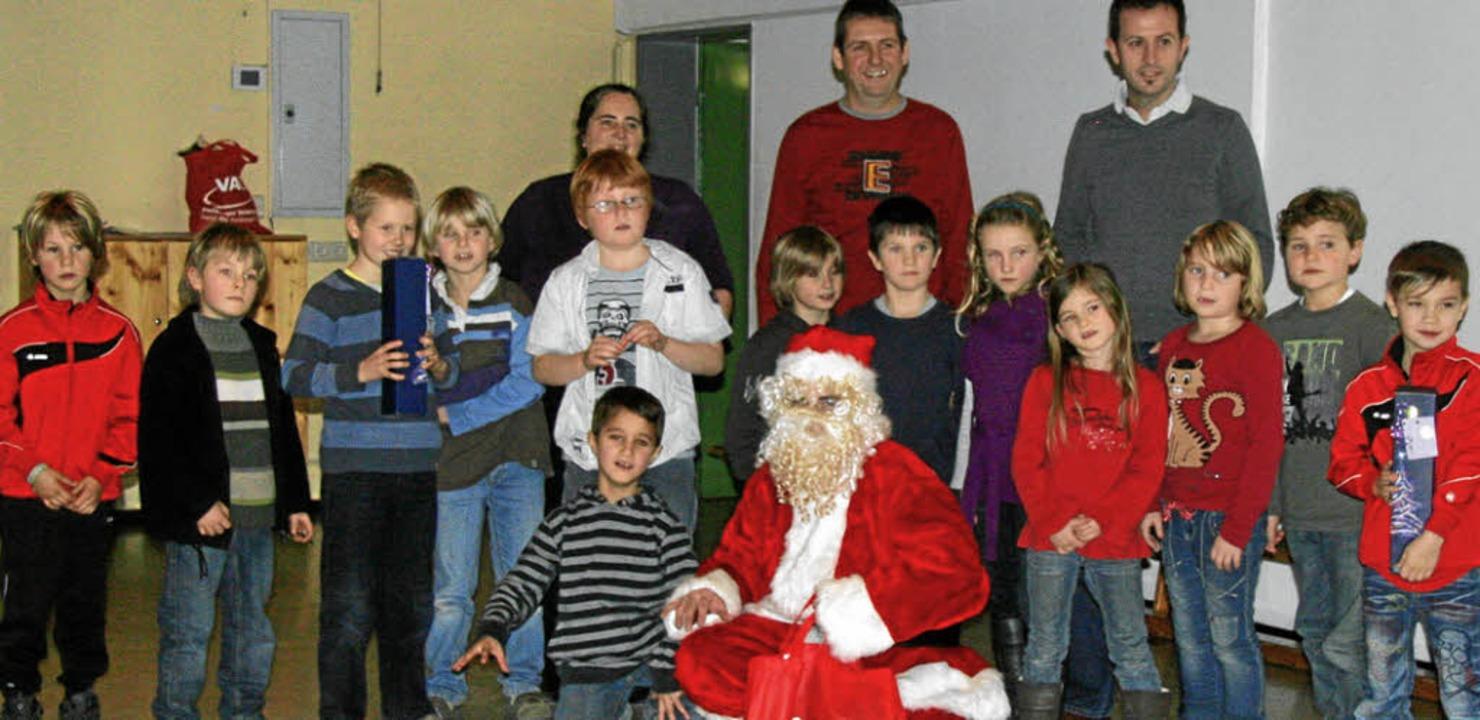 Die Jugendspieler erhielten Geschenke vom Nikolaus.    Foto: herbert trogus