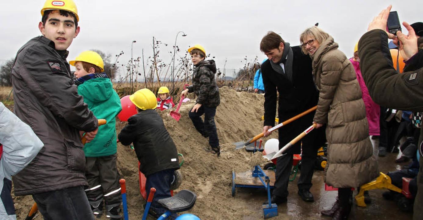 Spatenstich der besonderen Art:  Landr...Baubeginn für die neue Malteserschule.    Foto: Sabine Model