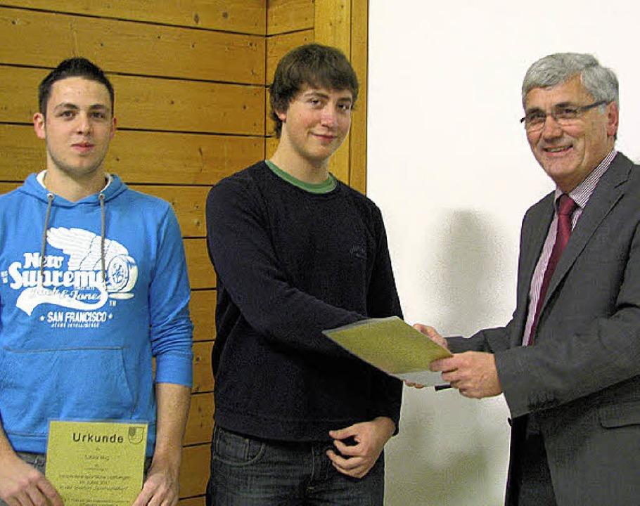 Erfolgreiche Jugendschützen: Tobias Ho...h Bürgermeister  Drescher (von links).    Foto: monika rombach