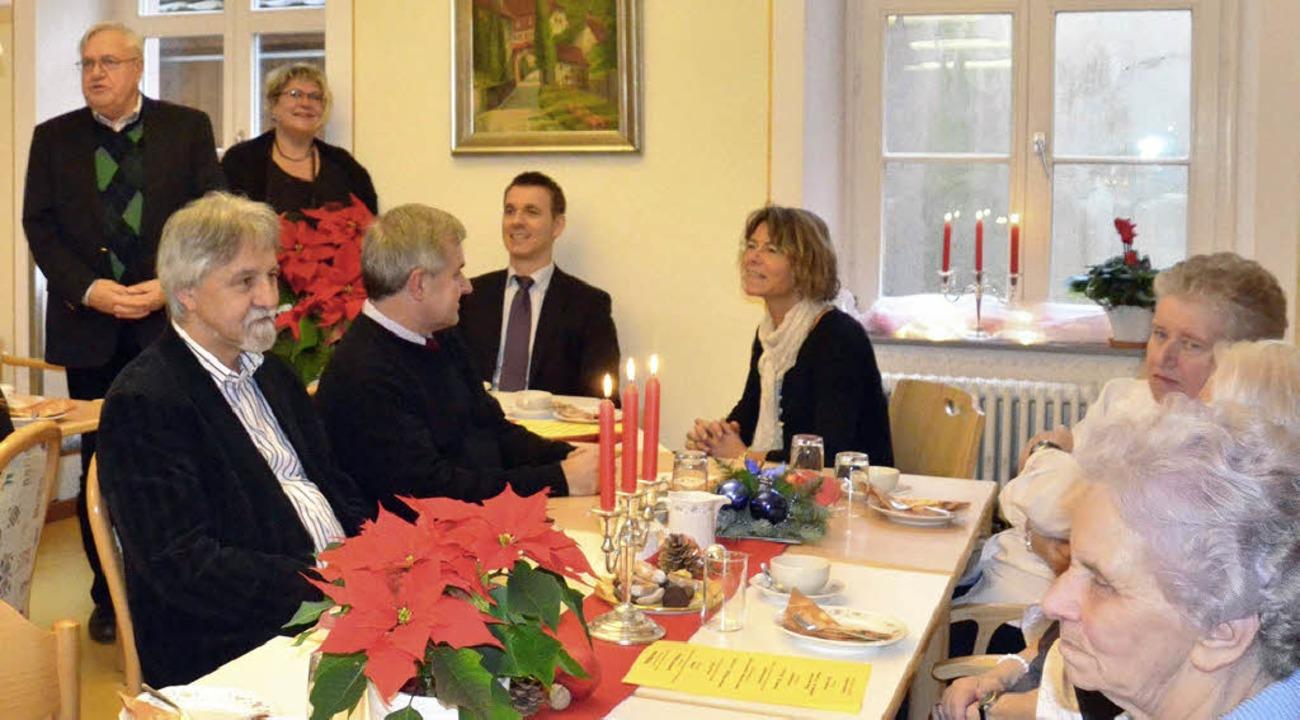 Geschäftsführer Paul Kuhn (hinten link...Dick (daneben) begrüßten   die Gäste.     Foto: M. Weber-Kroker