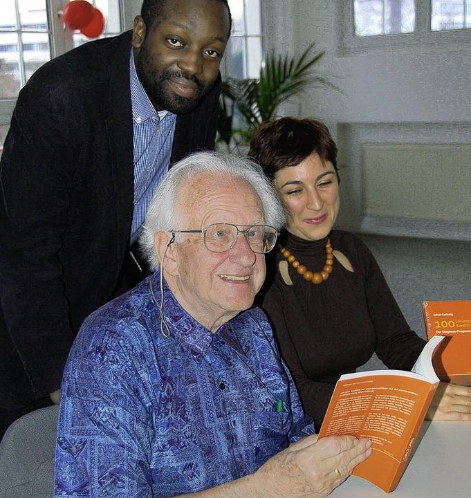 Johan Galtung (vorne) und seine Mitarb...akow Grant-Hayford und Erika Degortes     Foto: Annette Mahro