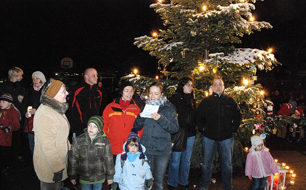 Unter einem prachtvollen Weihnachtsbau...n Wiesental- und Helen-Keller-Schule.     Foto: Tolsdorf