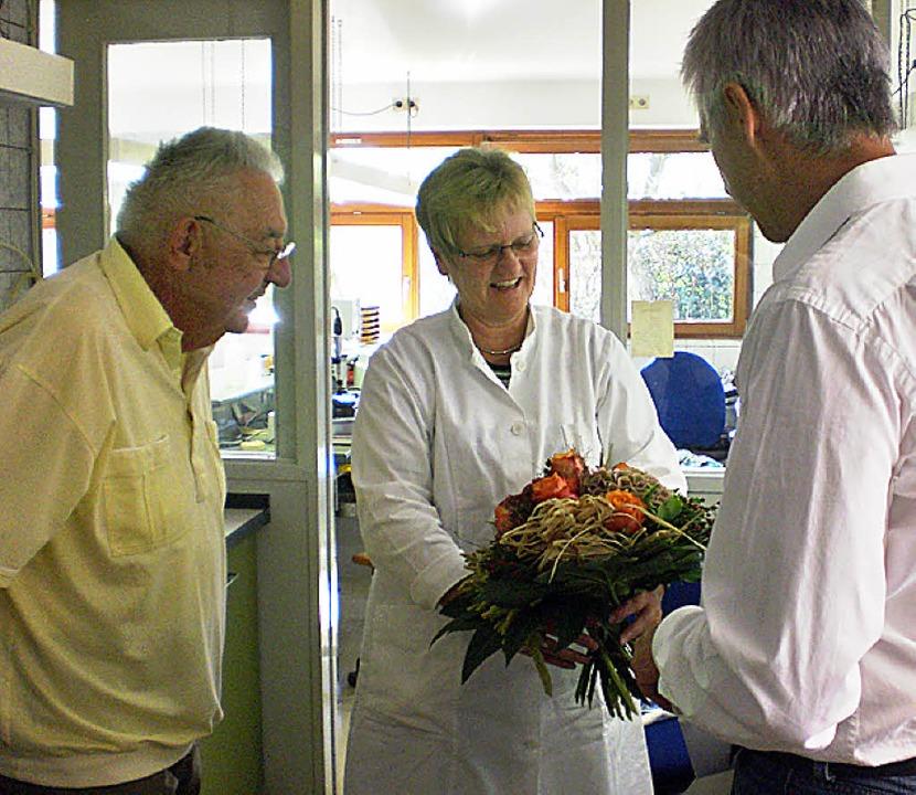 Seit 40 Jahren ist Ingrid Gselliger be...thar Schöne (links) gratulierten ihr.     Foto: Privat