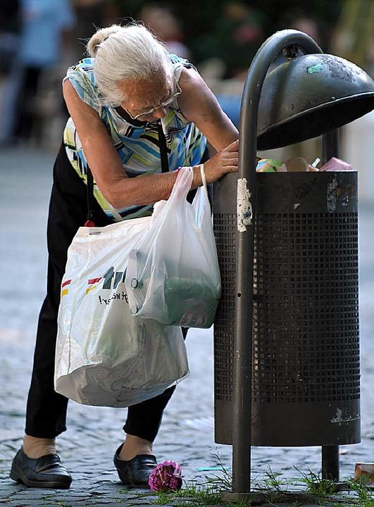 Wühlen manchmal in Mülltonnen und sind trotzdem die großzügigeren Leute: Arme  | Foto: Verwendung weltweit, usage worldwide