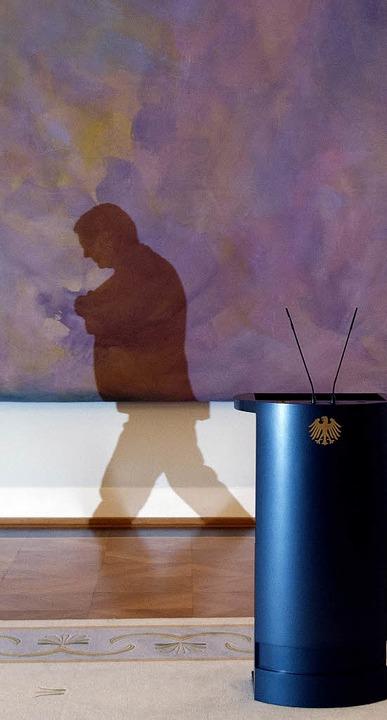 Wie viel Schatten bleibt?  Bundespräsi...einer Erklärung  in Bellevue den Saal.    Foto: afp