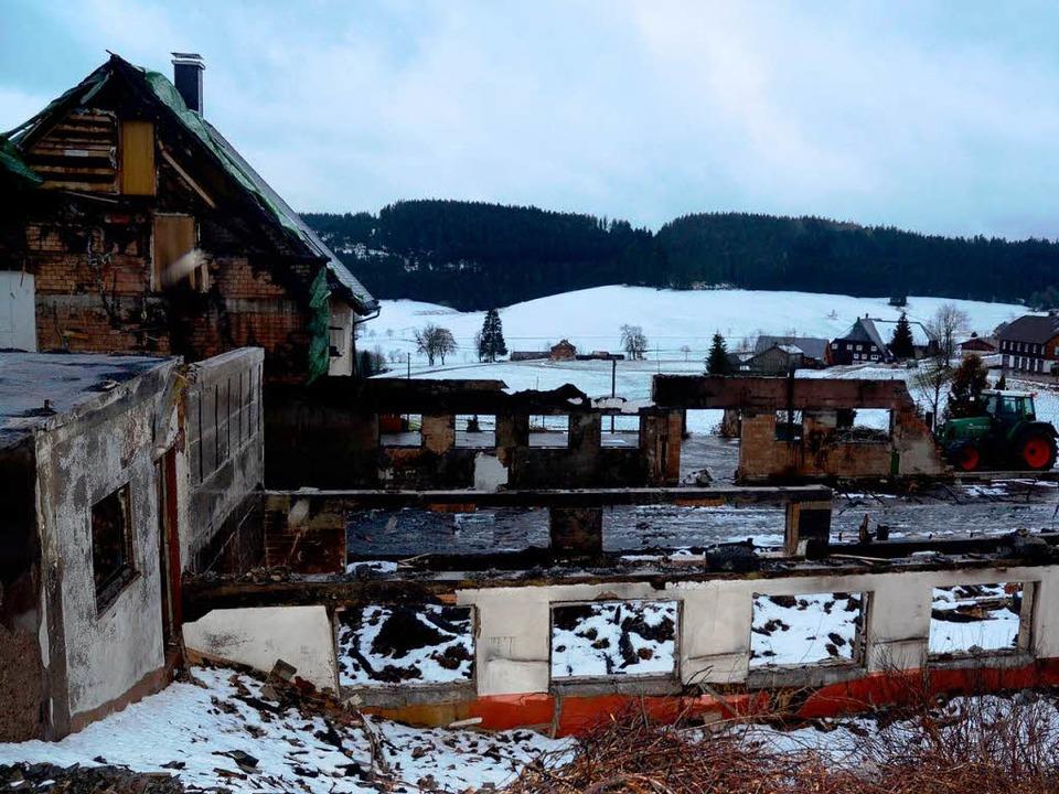 Von dem abgebrannten Ökonomiegebäude steht nur noch die Brandruine  | Foto: annemarie zwick