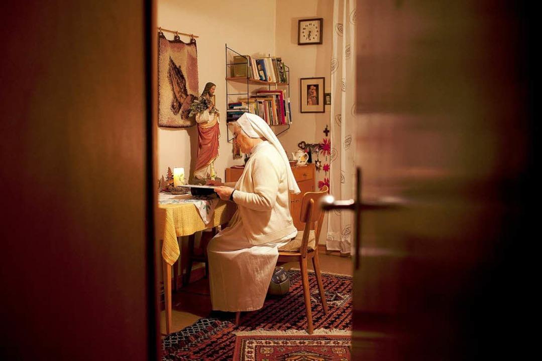 Blick ins private Refugium:  Schwester Noemi bei abendlicher Bibellektüre  | Foto: Fabian Fiechter / FH Hannover