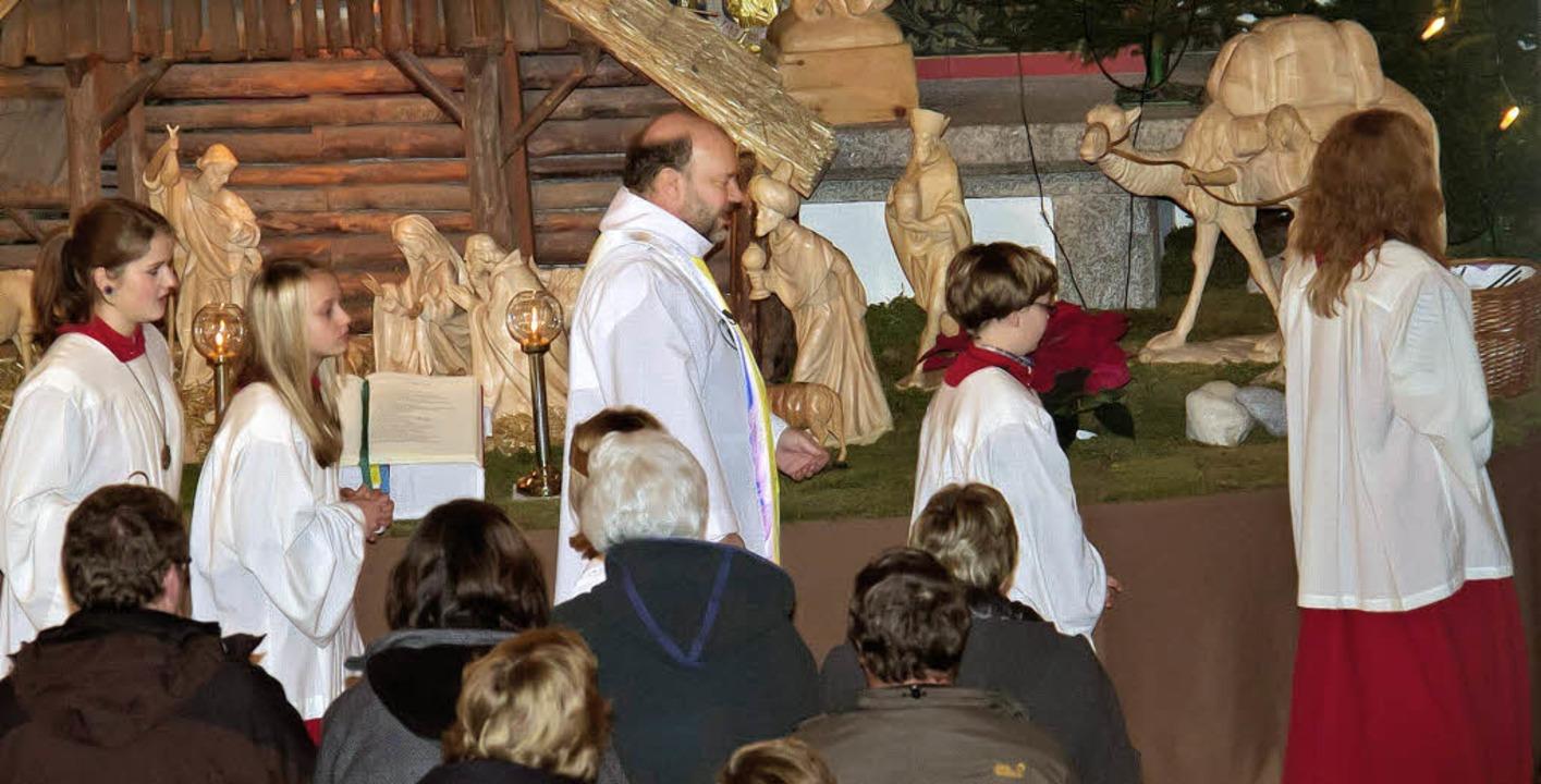 Pfarrer Thomas Fritz zelebrierte am He...atz mehr, auch Stehplätze wurden knapp    Foto: Christiane Seifried