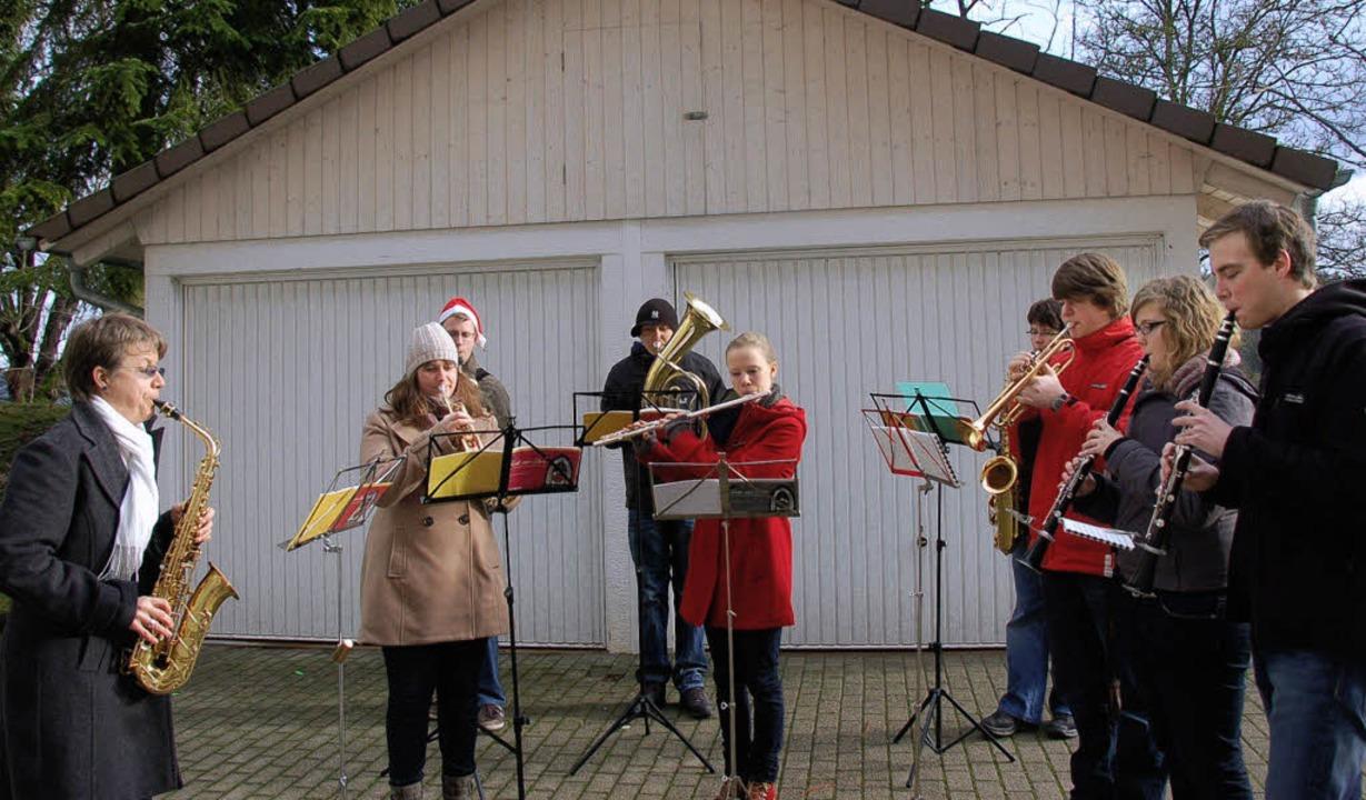 Mit Weihnachtsliedern erfreuten Musike...ten im Krankenhaus verbringen mussten.  | Foto: Binner-Schwarz