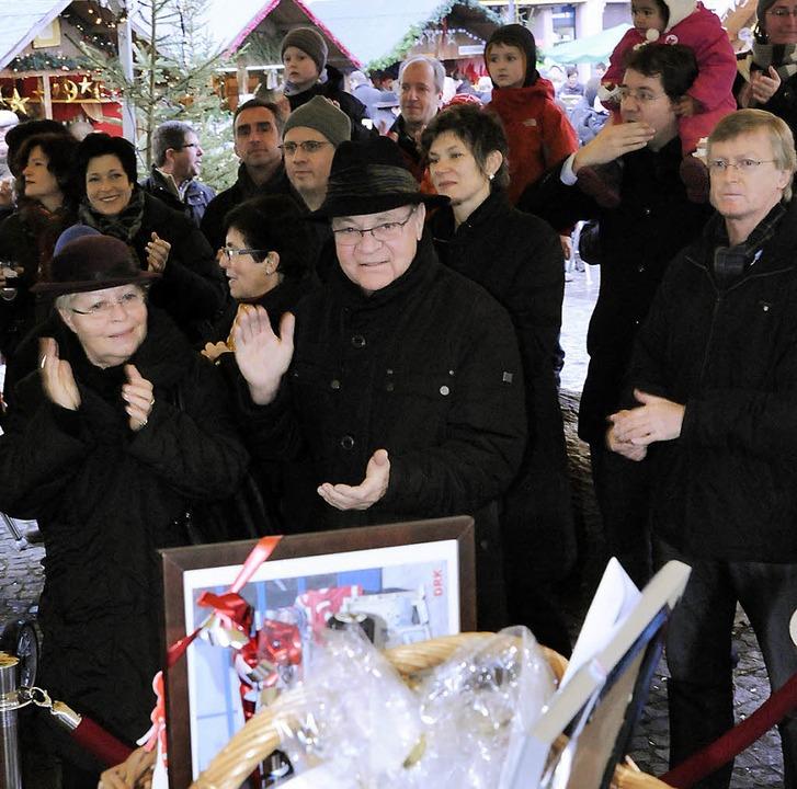 Applaus für einen großen Korb voll tol...eten die Besucher der BZ-Versteigerung    Foto: Markus Zimmermann