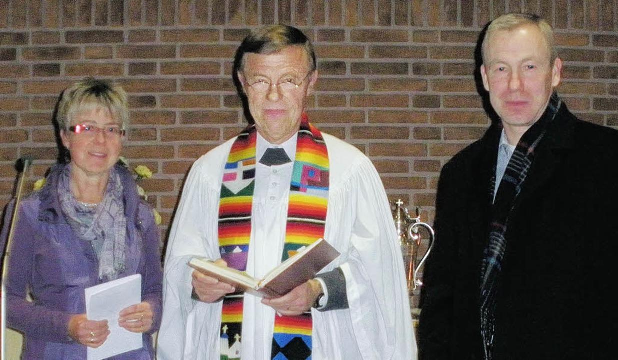 Vakanz beendet (von links): Die Vorsit...neue Kirchenälteste Ulf Teichfischer.     Foto: BZ