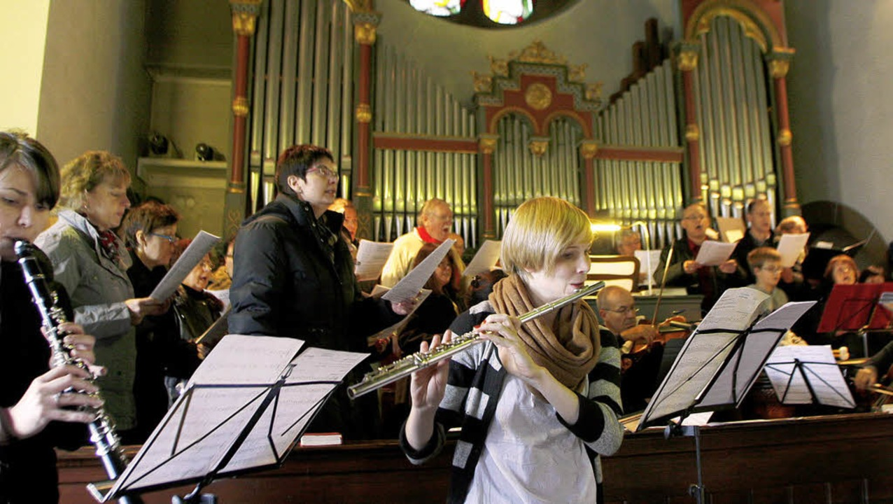 Kirchenchor, Solisten und Orchester gestalten den Festgottesdienst musikalisch.     Foto: Heidi Fössel