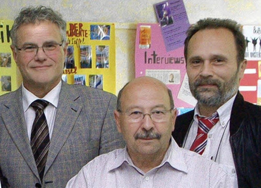 Helmut Müller (Mitte) ist 40 Jahre im ... rechts Konrektor Christian Reinbold.     Foto: bz