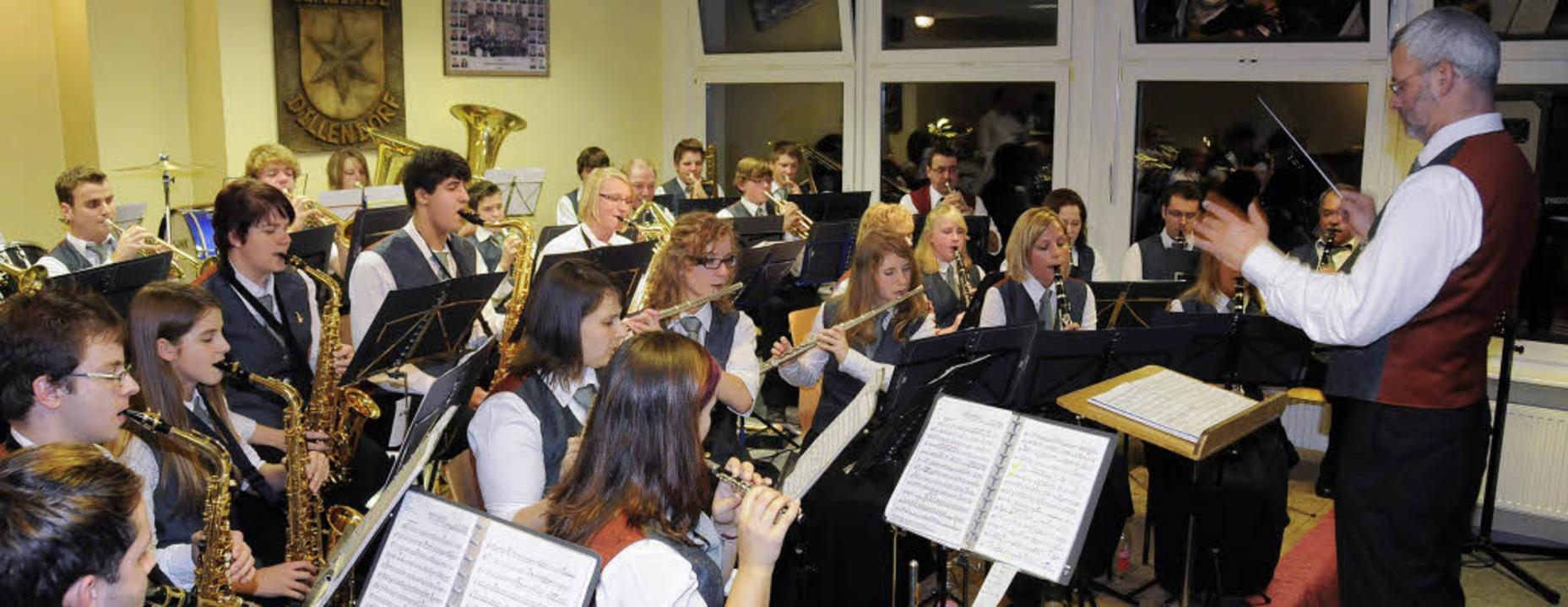 Der Musikverein Dillendorf mit seinem ...ihnachtskonzert flexibel und brillant.    Foto: Dietmar Noeske
