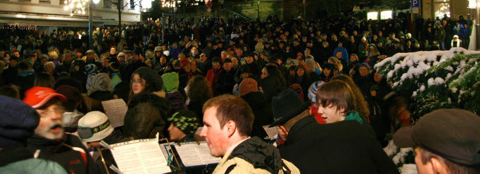 Stadtmusik, Jugendkapelle und Männerch...d Hunderte von Besuchern  sangen mit.     Foto: Eva Korinth