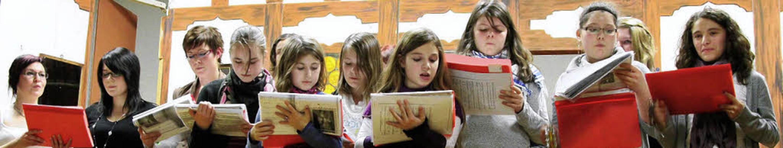 """Rundum """"stimmig"""" waren die...bietung des Kinder- und Jugendchores.     Foto: Hans-Jürgen Hege"""
