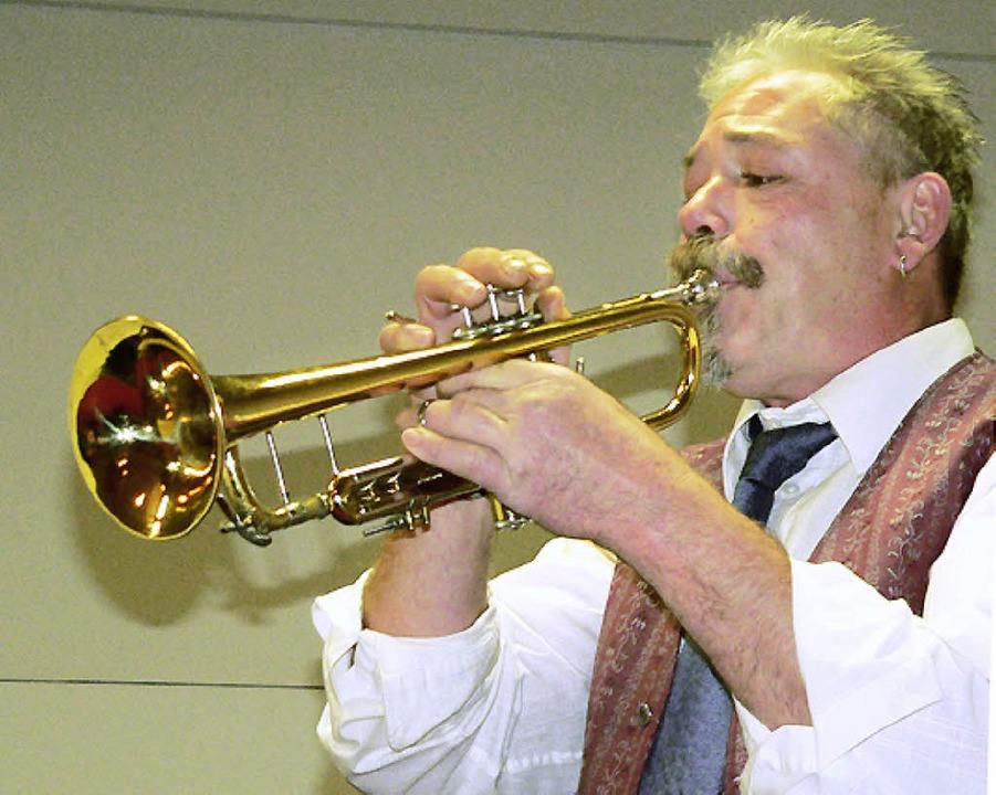 Horst Häfele zeigte sich als brillanter Trompeter und gewandter Ansager.     Foto: georg diehl