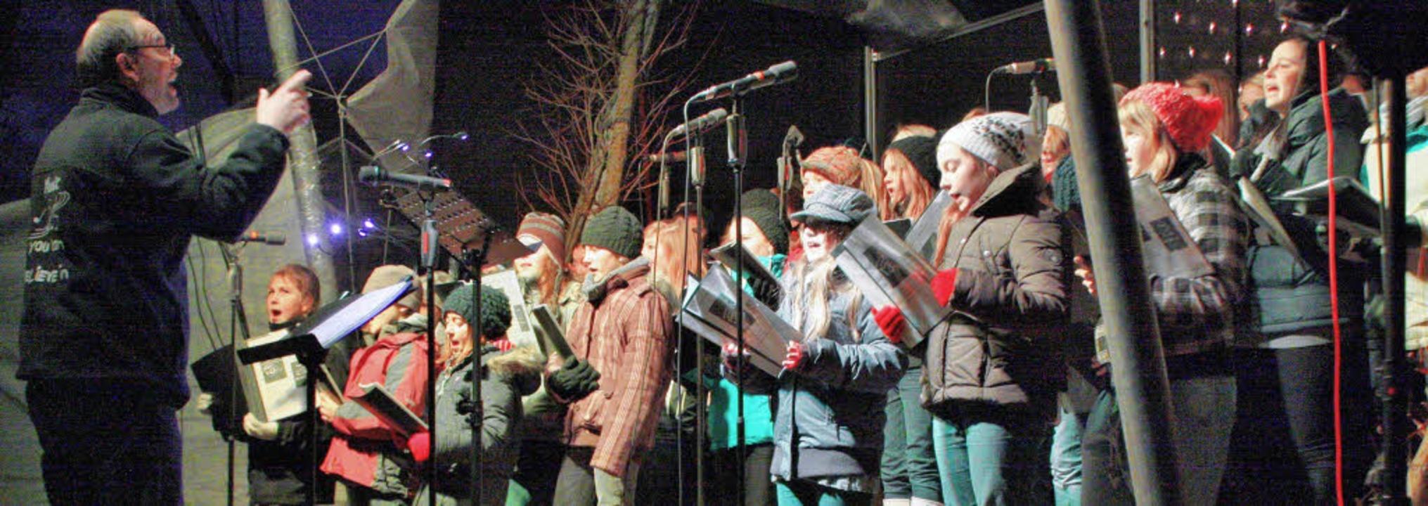 Trotz der Kälte bescherten die Mädchen...nz besonderes Konzert im Vacono-Dome.     Foto: Hannah Klusmann