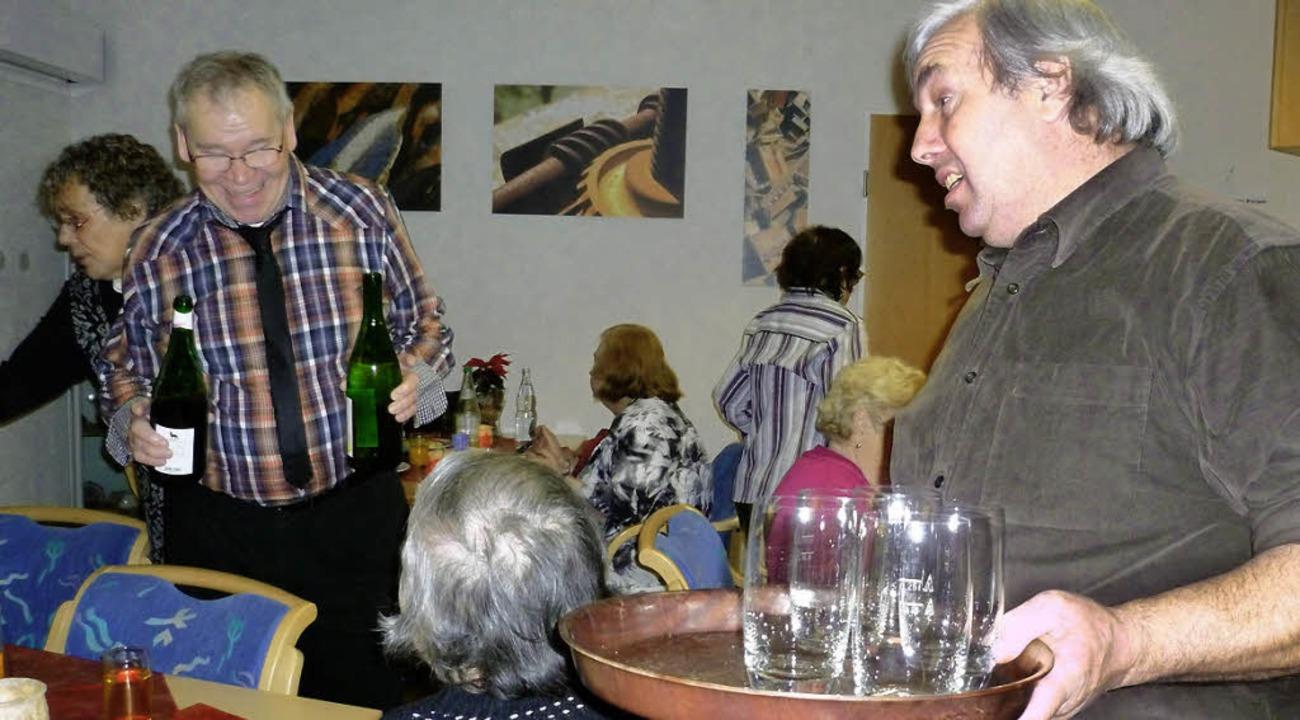 Darf's  ein Schlückchen edlen Re...ür, dass es den Gästen an nichts fehlt  | Foto: Gabriele Rasenberger