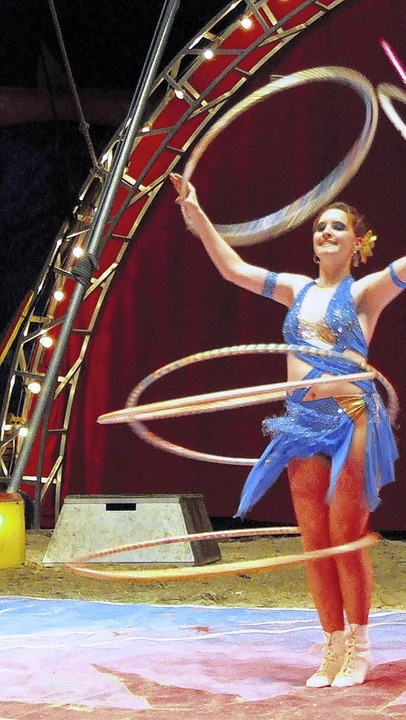Anmutig bringt Tatjana Hula-Hoop-Reifen zum kreisen.    Foto: FREUDIG